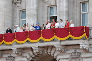 320px-The_British_royal_family_on_the_balcony_of_Buckingham_Palace